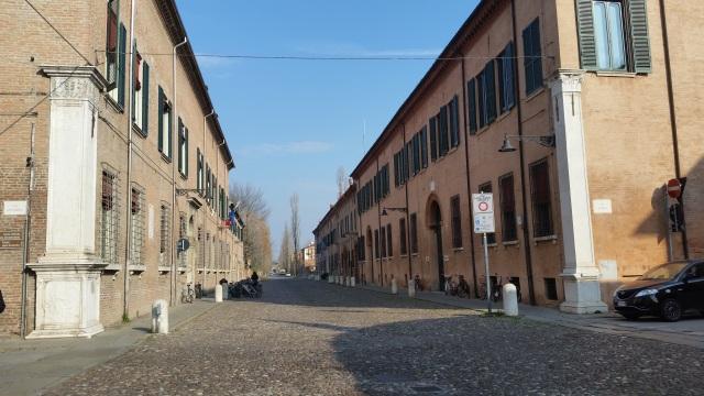Ferrara strada spre poarta  Pallazo dei Diamanti -castel Estense