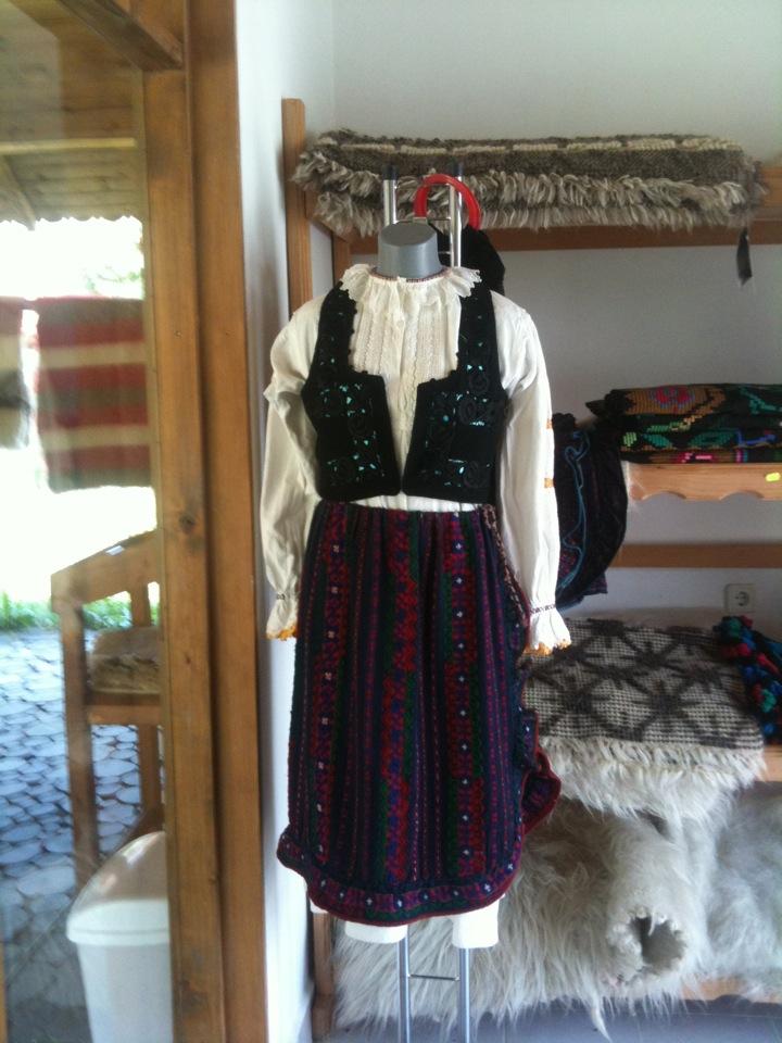 Minunatii facute din lana si un costum popular expus la Valtoare, Lisa, Tara Fagarasului